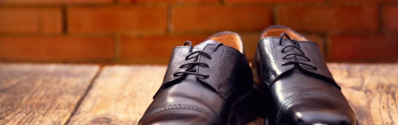 Schwarze Lederschuhe pflegen