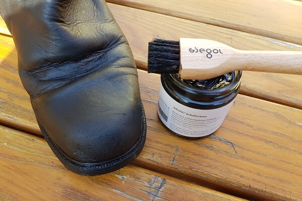 Geputzter Schuh mit Schuhpomade von Siegol