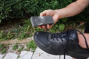 Reiniger für Leder auftragen