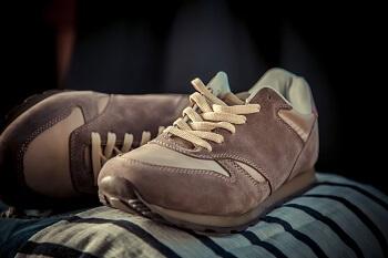 Rauleder Sneaker pflegen